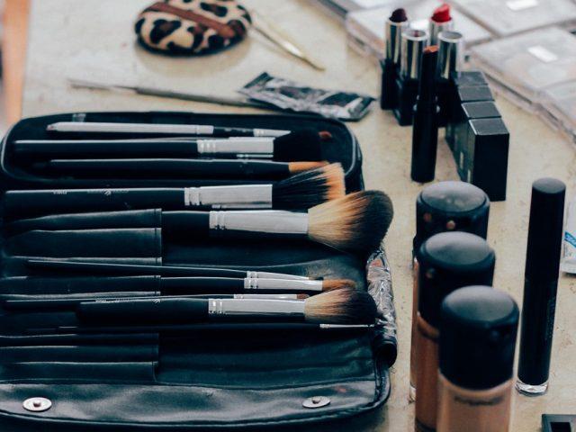 produkty do makeup'u - korektory i pędzle